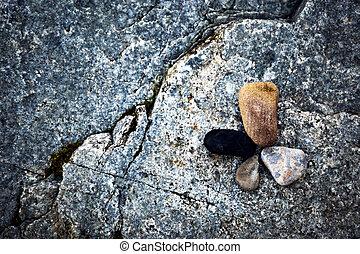 Vier runde Steine.