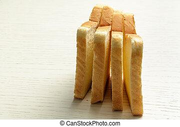 Vier Scheiben Toastbrot.