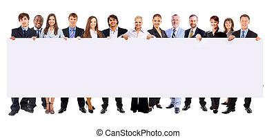 Volle Länge von vielen Geschäftsleuten hintereinander, die ein leeres Banner auf weißem Hintergrund halten