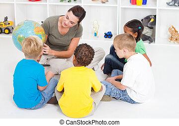 Vorschullehrerin unterrichtet Kinder
