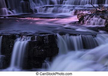 Wasserfälle in der Nacht.