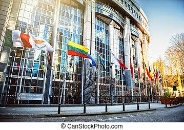 Waving Flaggen vor dem europäischen Parlament Gebäude, Brüssel