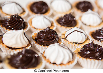 Weiße und schwarze Meringue-Kekse.