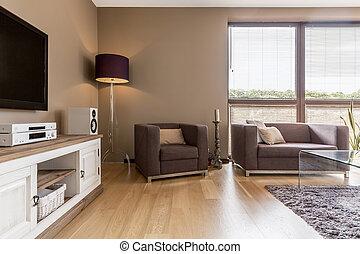 Wohnzimmer mit weißem Kommode.