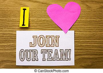 Word-Skript schließen Sie sich unserem Team Motivationsruf an. Business-Konzept für die Einladung zur Zusammenarbeit Jobangebot geschrieben auf klebrigen Notizpapier auf dem Holzhintergrund rosa Herz neben ihm.