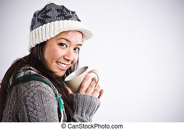 Wunderschöne asiatische Frau, die Kaffee trinkt