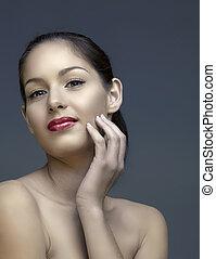 Wunderschöne Frau mit natürlichem Make-up