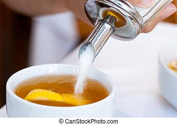 Zucker in die Tasse Tee.