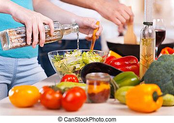 Zusammen kochen. Ein Paar, das Essen zusammen vorbereitet
