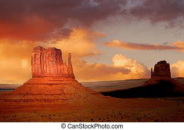 Zwei Gipfel der Felsformationen im Navajo Park des Denkmaltal Utah