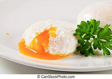 Zwei pochierte Eier.